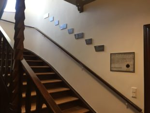 Der Zeitstrahl leitet die Besucher zur neu gestalteten Ausstellung ins Obergeschoss