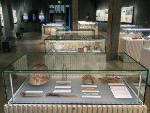 Das Raster der Vitrinen holt die Ausgrabungsstätte in den Ausstellungsraum