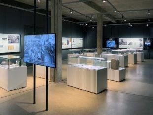 Der Ausstellungsraum mit den scheinbar schwebenden Medienstationen und Vitrinen